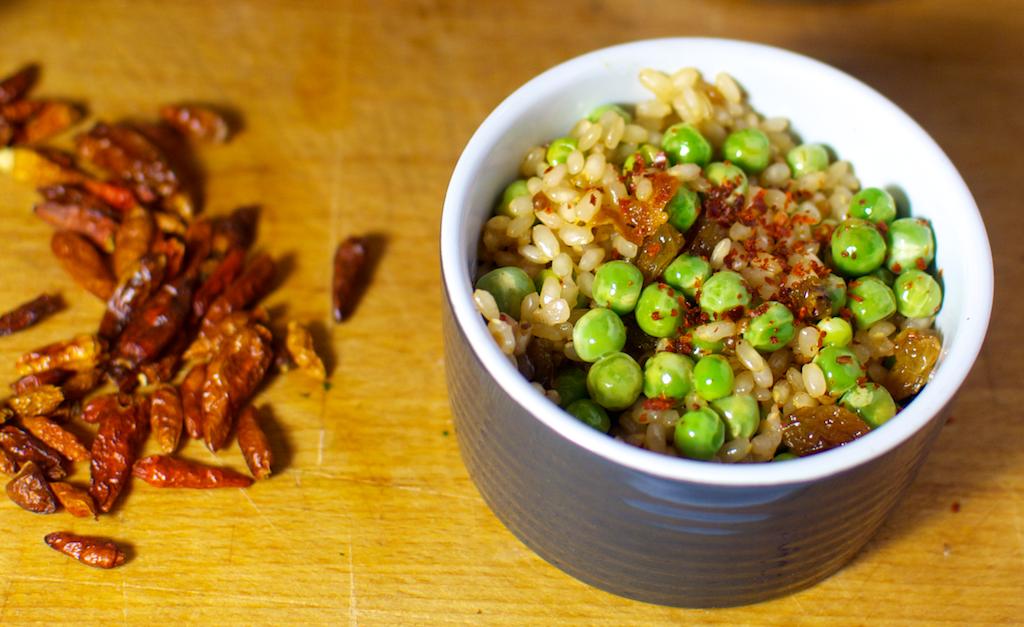 Salată cu orez, mazăre și stafide