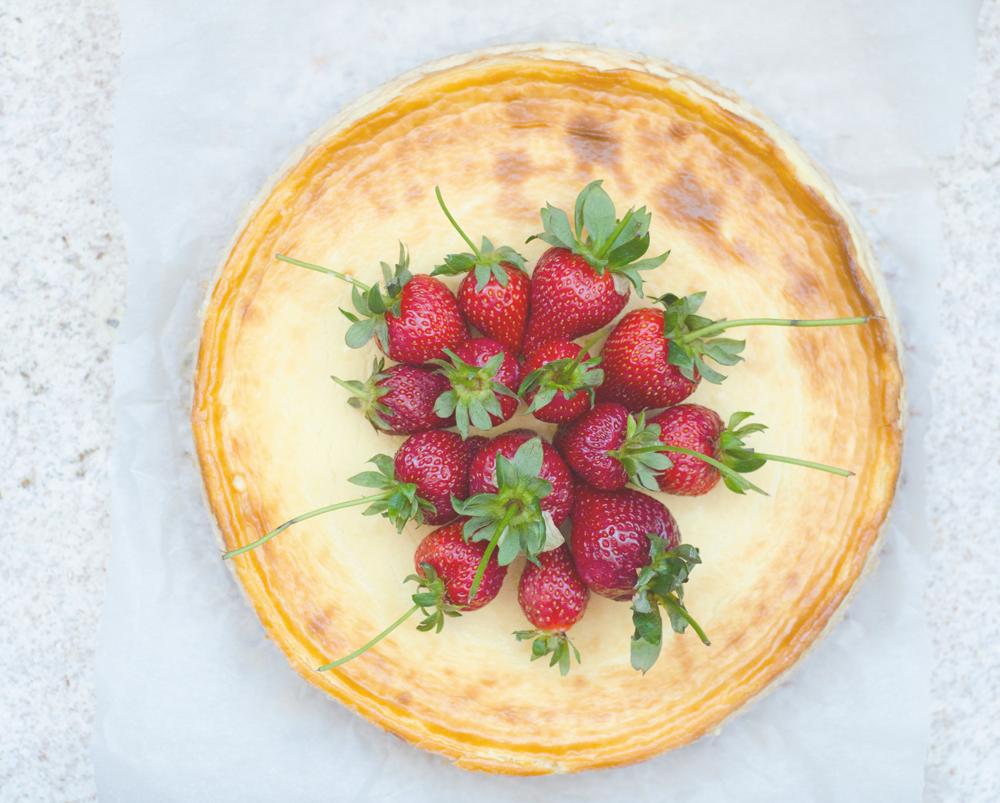 Cheesecake fara gluten cu lavanda si capsuni