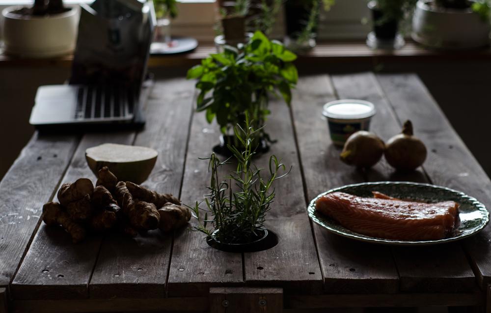 Somon la cuptor, rădăcinoase coapte, sos de smântână cu ceapă