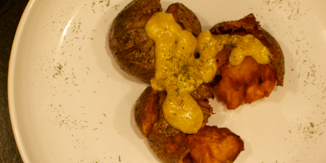 Cartofi zdrobiți, cu mujdei și muștar